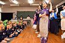 「桃太郎」園児くぎ付け 牛津高3年生が音楽劇