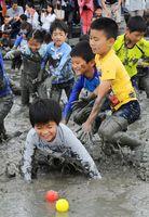 干潟にまかれたカラーボールを目指して元気に駆け回る子どもたち