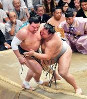 日馬富士2連敗、北勝富士が金星