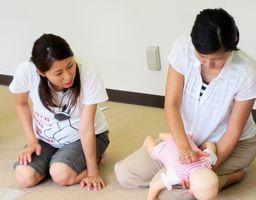 物を詰まらせた乳幼児への対応などを学んだ会員たち(吉野ヶ里町提供)