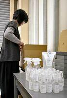 全国から発注が急増している除菌・抗菌スプレー=神埼市のフリーマム