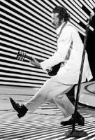 ギターを弾きながら「ダックウオーク」を披露するチャック・ベリー氏=1980年4月(AP=共同)