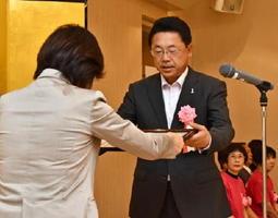 表彰状を受け取る神埼市立仁比山小学校の髙尾研吾校長