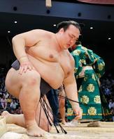 北勝富士に敗れ、初日から3連敗を喫した稀勢の里=福岡国際センター