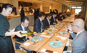 オープニングセレモニーで、有田焼の器を使ったレストランの料理を堪能する関係者=有田町赤坂のホテル「アリタハウス」
