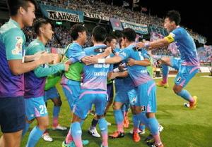 鳥栖-新潟 後半19分、FW豊田選手が先制ゴールを決め、集まって喜ぶサガン鳥栖の選手たち=鳥栖市のベストアメニティスタジアム