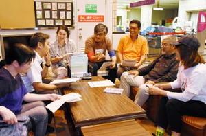 映画の上映スケジュールや招致するゲストを話し合う実行委員会のメンバーたち=佐賀市役所富士支所