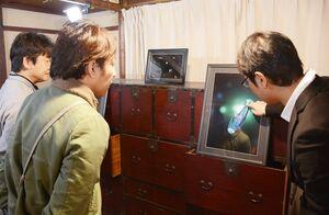 色鮮やかなイカの写真が並んだ会場=唐津市呼子町の鯨組主中尾家屋敷