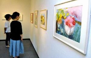 水彩画やパステル画など、生徒たちの丹精込めた作品が並ぶ会場=佐賀市の画廊憩ひ