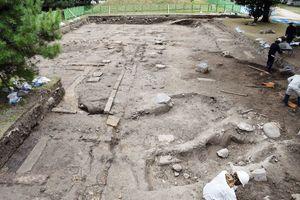 佐賀城本丸跡の女性の居住区画の「長局」があったとされる箇所の発掘調査の様子。増改築を示す礎石郡が見つかった=佐賀市城内