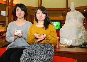 徐福の種を作った渡辺さん(左)と丹野さん=佐賀市金立の徐福長寿館