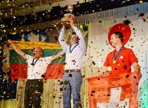 表彰式で高らかとトロフィーを掲げる優勝した米国代表のレット・ハートシル選手=佐賀市のマリトピア