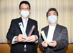 七つの島へ歯ブラシを贈った県歯科医師会の門司達也会長(左)と唐津東松浦歯科医師会の田邉隆会長=唐津市役所