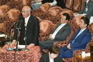 衆院予算委で答弁する吉野復興相。右端は安倍首相=8日午前