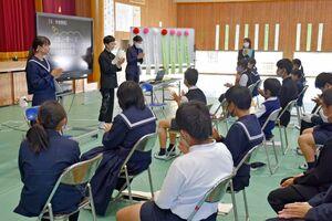 教科「日本語」の交流授業として開かれた句会で、優秀作を拍手でたたえる児童、生徒たち=鳥栖市の基里中