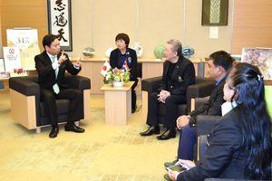タイ王国アーチェリー協会の会長らと意見交換する山口知事(左)=佐賀県庁