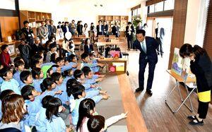 オープンスペースで絵本の読み聞かせを楽しむ子どもたち=佐賀市城内の佐賀県立図書館