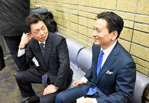 国交省内のロビーで山口知事(右)と面会した水嶋鉄道局長=東京・霞が関の国交省