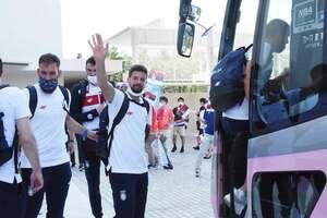 市職員などに見送られながらバスに乗り込むセルビア代表の選手たち=唐津市東唐津の唐津シーサイドホテル