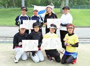 各部門で優勝した選手たち=佐賀市の森林公園庭球場