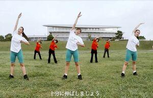 佐賀弁ラジオ体操を披露する「ティーンズミュージカルSAGA」のメンバーら