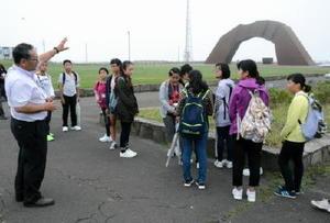 北方領土返還要求運動のシンボルである「四島のかけはし」を見ながら、清水さんの話を聴く生徒ら=北海道根室市の望郷の岬公園