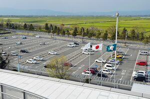 佐賀空港のターミナルビルに近い第1駐車場。長期間放置された自動車もある=4月、佐賀市川副町