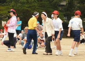 子どもとお年寄りによるペア競技などがあった、脊振まるごと大運動会=神埼市の脊振小