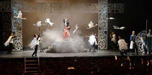 エリサの回りを飛び回る白鳥の王子たち=唐津市西城内の唐津市民会館