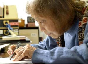水俣病患者の苦難について図を描きながら説明する石牟礼道子さん=2015年4月、熊本市内