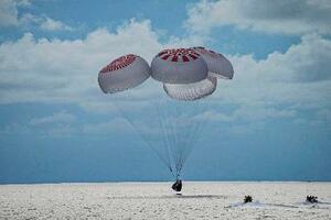 米フロリダ沖の大西洋で、着水する宇宙船クルードラゴン=18日(スペースX提供、AP=共同)