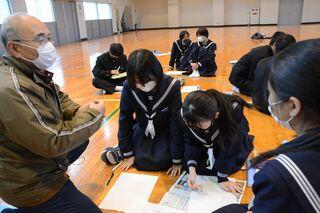 【動画】修学旅行報告の新聞を製作 有田中で佐賀新聞社が出前授業