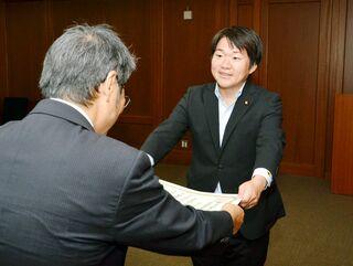 山下氏に当選証書 県選管、参院選で