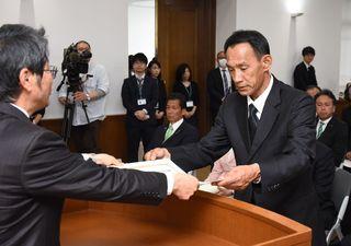38人の県議、決意新たに 当選証書付与式