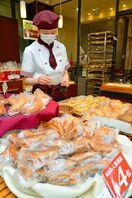 <コロナ禍の現場から>パン店のひと手間 個別包装「安心も…