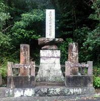 丘の中腹に立つ「名古屋徳市翁頌徳碑」=唐津市肥前町星賀