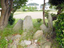 JR長崎本線そばの田畑の中に残る野添板碑群。地元の方々によって大切に管理されている=鳥栖市立石町