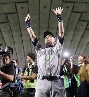 21日の試合終了後、歓声を受けながら場内を一周するマリナーズのイチロー外野手=東京ドーム