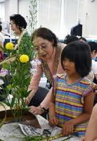 生け花体験をする参加者=佐賀商工ビル内の市民活動プラザ