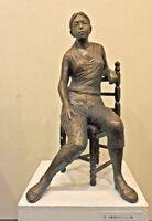 木彫椅子にジーンズ姿(60センチ、FRP)
