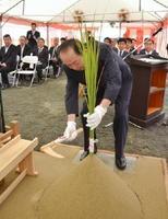 刈初めの儀を行う日本産業機械の藏前健一社長=三養基郡みやき町天建寺