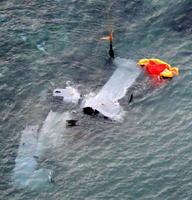 沖縄県名護市安部の海岸に近い浅瀬で大破したオスプレイ=14日午前7時4分(共同通信社機から)