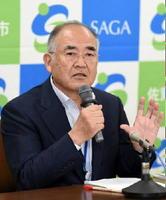 佐賀市長選に4選を目指して出馬すると議会で表明し、会見した秀島敏行市長=佐賀市役所