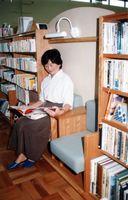 設計にも市民の意見が取り入れられた。本棚の間にはいすを設け、腰掛けてゆっくり本を読むことができる=平成7年撮影