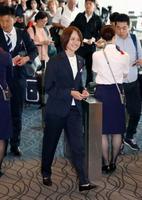 フランスへ向け出発するサッカー女子日本代表の高倉監督(手前)=27日午前、羽田空港