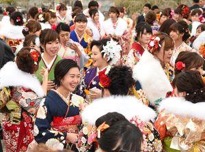 華やかな晴れ着姿で談笑する新成人たち=佐賀市文化会館