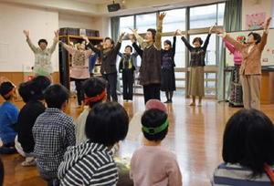 子どもたちにダンスを披露する国際ソロプチミスト佐賀有明の会員=佐賀市の清光園