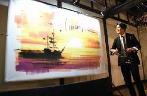 ローラーだけで伊万里湾から出港する船を描いたさとうたけしさん=伊万里市大川内町の瀬兵窯陶筥店