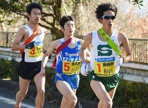 最終日のスタート区間で3位集団を引っ張る鳥栖市チームの和田照也選手(右)=24区、唐津市の国道202号