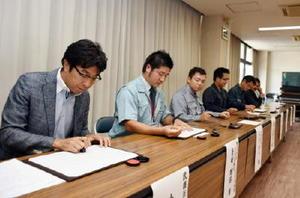 災害時のごみやし尿の処理に協力する協定に調印する小松・武雄市長(左)と7社の代表=武雄市役所